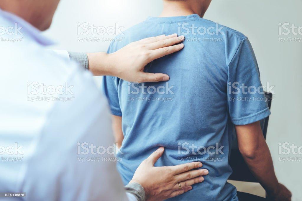 Arzt Beratung mit Patienten Rücken Probleme physikalische Therapiekonzept – Foto