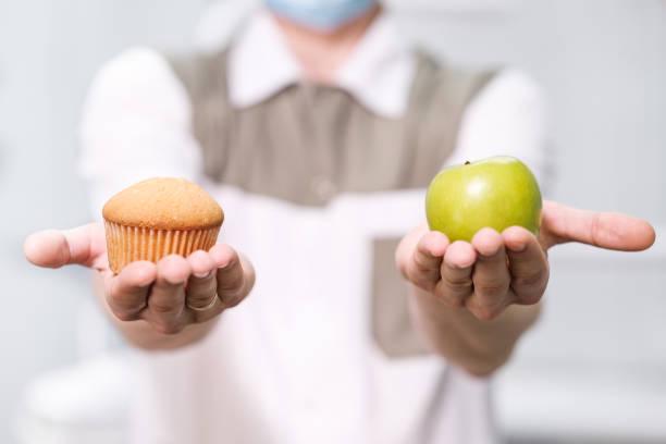 врач-стоматолог говорит о здоровом питании и здоровье зубов - плато стоковые фото и изображения