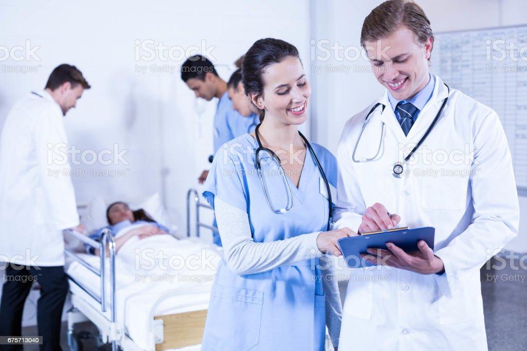 醫生討論檔放置到剪貼簿上 免版稅 stock photo
