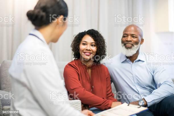Arts Bespreken Met De Patiënt Op Sofa In Kliniek Stockfoto en meer beelden van 18-19 jaar