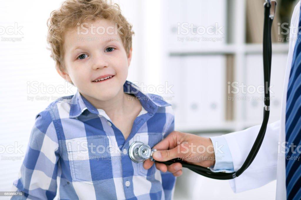 醫生用聽診器檢查兒童患者 免版稅 stock photo