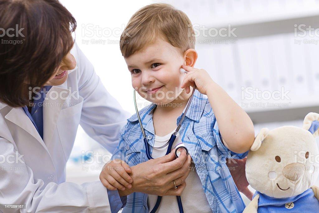 Arzt untersuchen ein Kind – Foto
