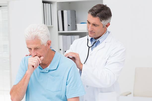 medico esamina il paziente di tossire senior - tossire foto e immagini stock