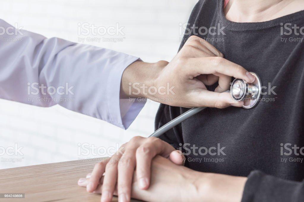 Arzt untersucht weibliche Patienten Herz schlagen in einem Krankenhaus – Foto
