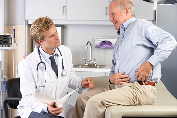 Lekarz badanie mężczyzna pacjent z bólem stawu – zdjęcie