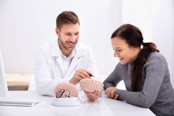 Arzt, Frau zu erklären, Details des menschlichen Gehirns – Foto