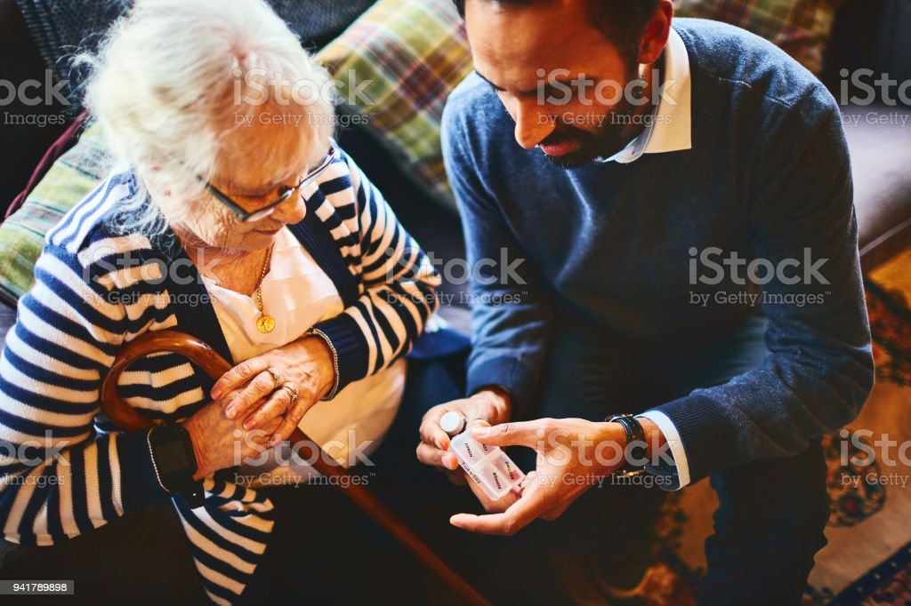 Arzt Medizin Dosierung, ältere Patienten zu erklären – Foto