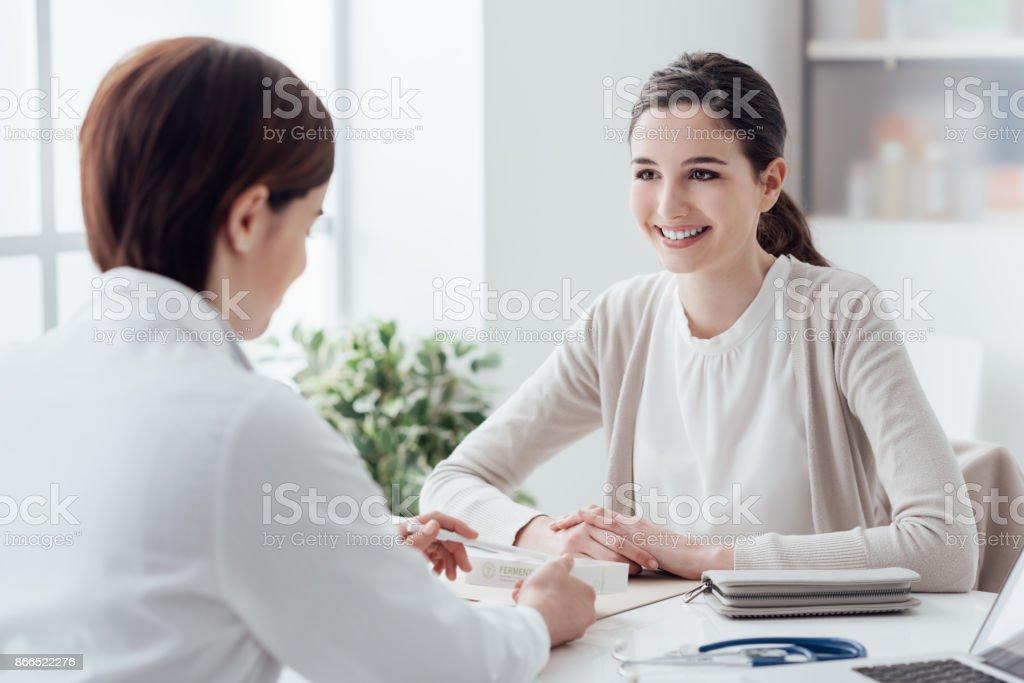 Médico dando um medicamento de prescrição - foto de acervo