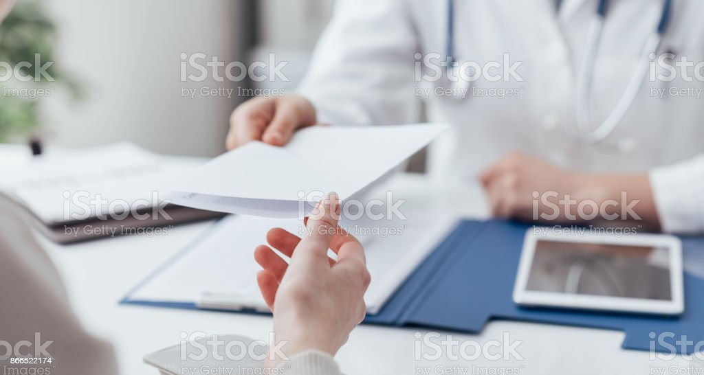 Médico dar uma receita - foto de acervo