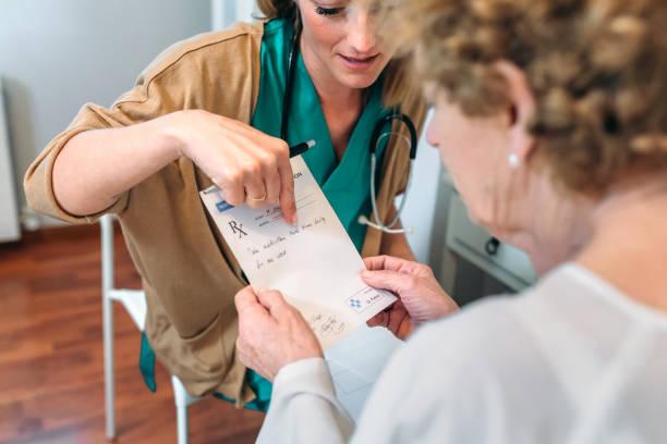 arzt ein rezept für ältere patienten geben - spanische rezepte stock-fotos und bilder