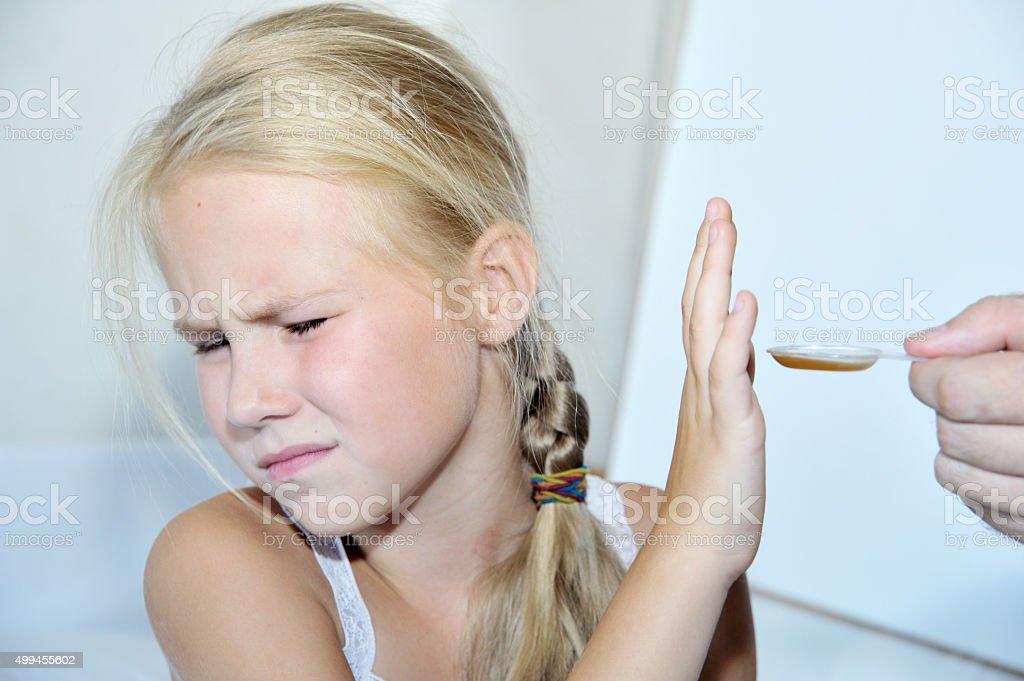 Arzt geben einem Löffel der Sirup Mädchen – Foto