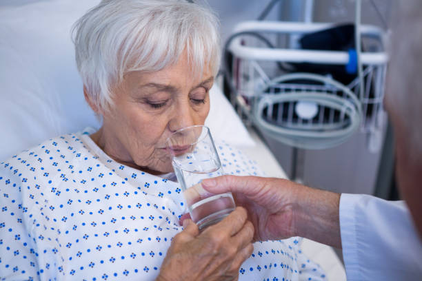 杯水給高級病人的醫生 - 口渴 個照片及圖片檔