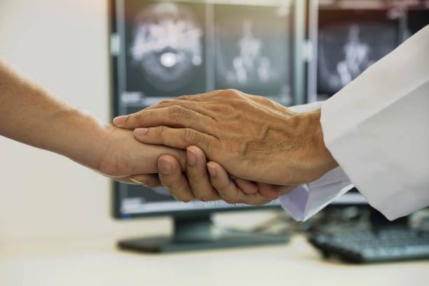 arzt, die sympathie für den patienten geben - die wahrheit tut weh stock-fotos und bilder