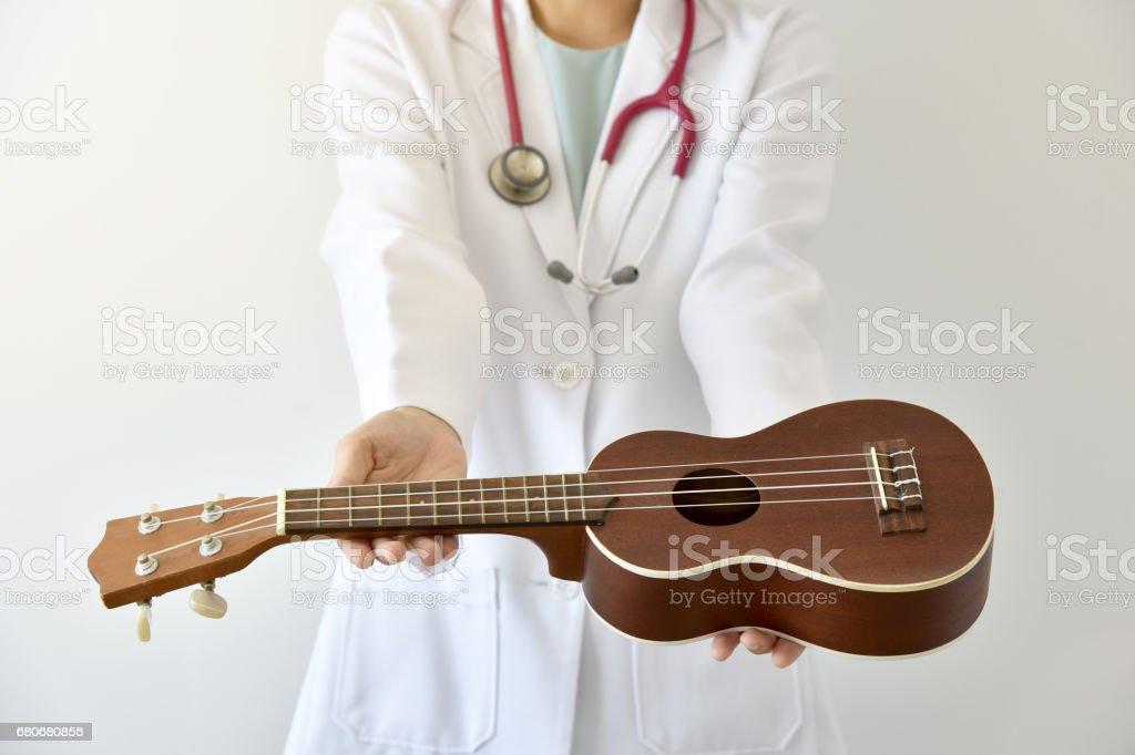 Arzt Ukulele (Musikinstrument), Musik-Therapie-Konzept geben. (Tiefenschärfe) – Foto