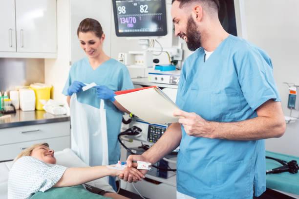 Arzt Gruß Patienten vor Behandlungsbeginn – Foto