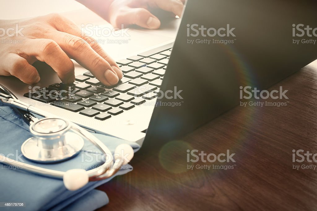 Arzt-hand arbeiten mit laptop-computer – Foto