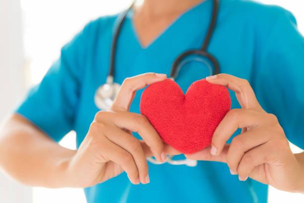Arzt Händen mit roten Herzen. Gesundheitswesen und medizinische Konzept. – Foto