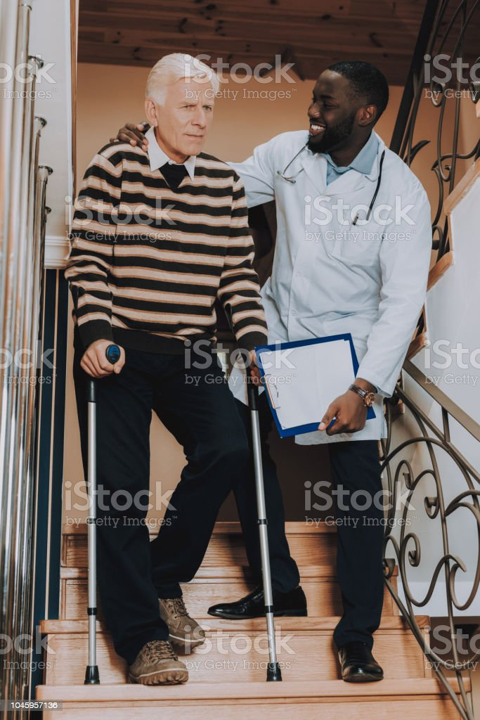Ayuda del médico. Hombre ir. Escaleras. Hogar de ancianos. - foto de stock