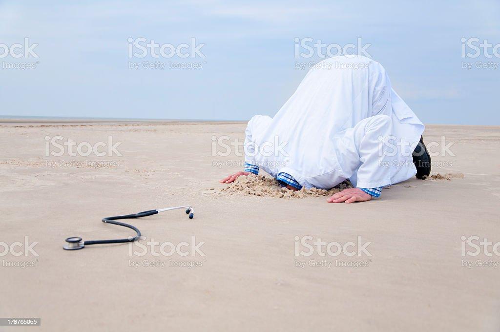 Arzt verstecken Kopf in den sand – Foto