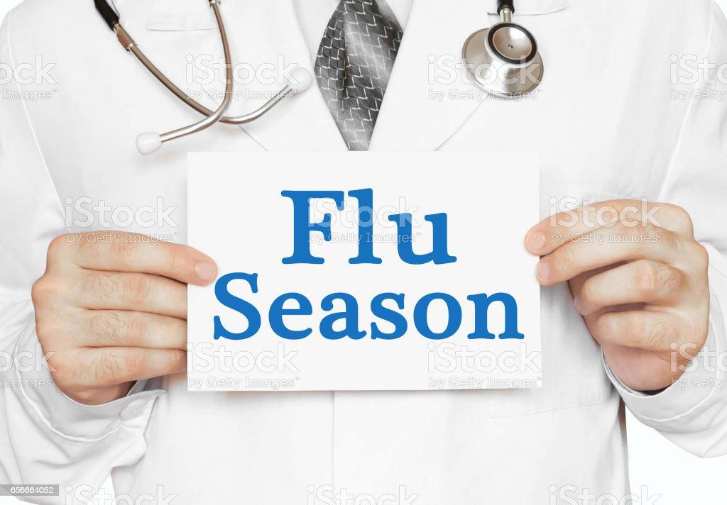 Arzt hielt eine Karte mit Grippe-Saison, medizinisches Konzept – Foto