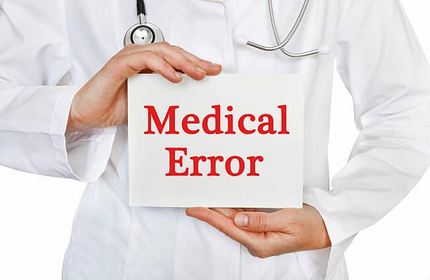 arzt halten karte mit medizinischen fehler, medizin-konzept - fehlermeldung stock-fotos und bilder