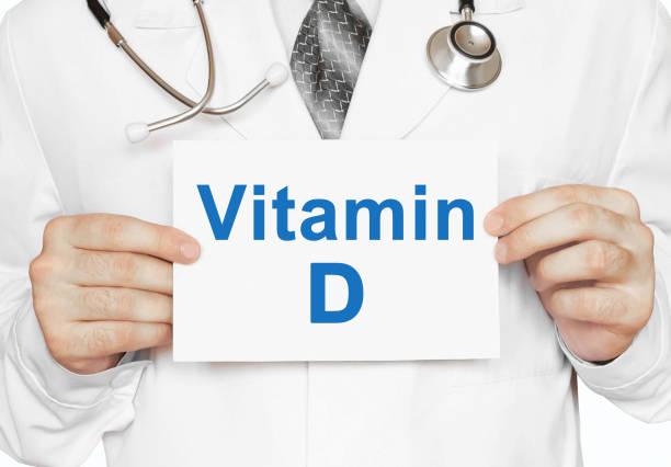 Arzt hielt eine Karte mit Vitamin D, medizinisches Konzept – Foto