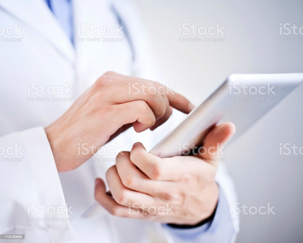 Arzt hält digitale tablet - Lizenzfrei Arzt Stock-Foto