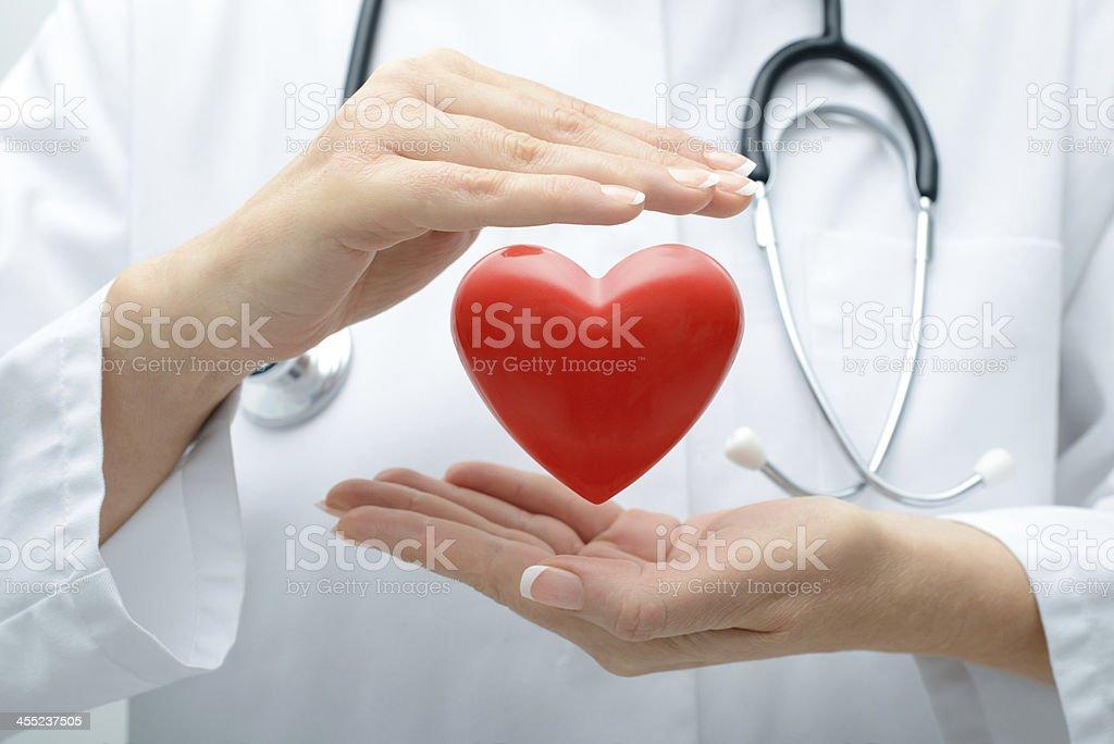 Врач держит сердце - Стоковые фото Help - английское слово роялти-фри