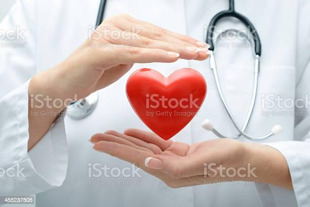 Врач Держит Сердце — стоковые фотографии и другие картинки Help - английское слово