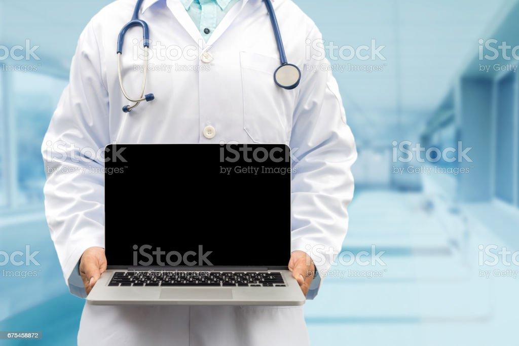 Médecin maintenant ordinateur portable en vue de face photo libre de droits