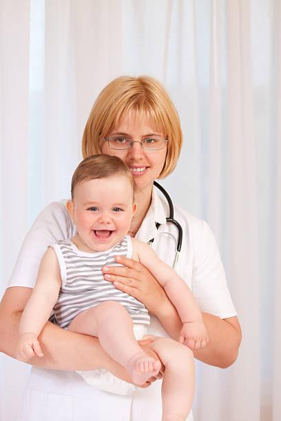 Arzt hält kleine baby – Foto