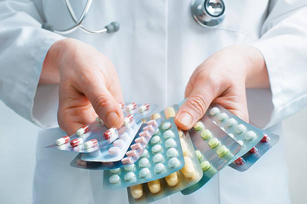 薬を飲む ストックフォト
