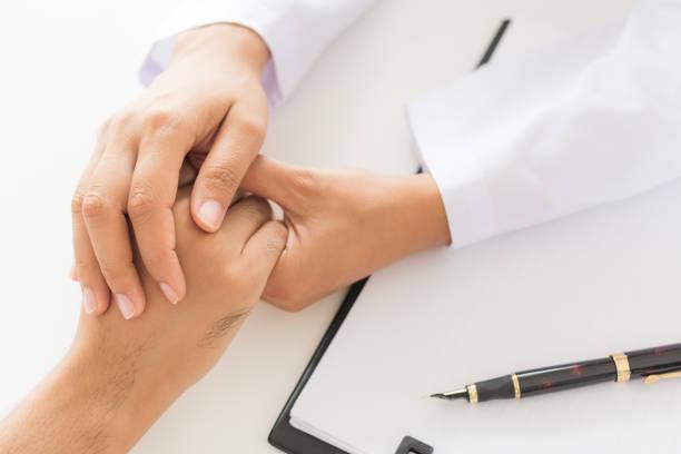 Arzt des Patienten halten Hand. Medizin und Gesundheitswesen-Konzept. Arzt und Patient. – Foto