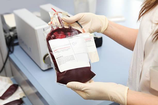 Arzt in einem blood bank holding Warenkorb mit roten Zelle – Foto