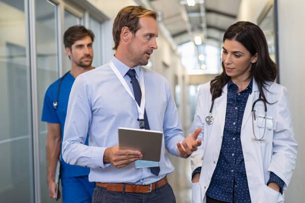 médico em uma conversa com especialista - profissional da área médica - fotografias e filmes do acervo