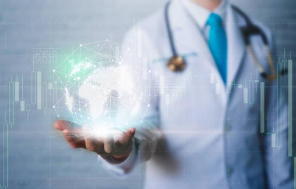 doctor in de hand houden wereldwijd netwerkverbinding met moderne virtueel scherm interface. - new world stockfoto's en -beelden