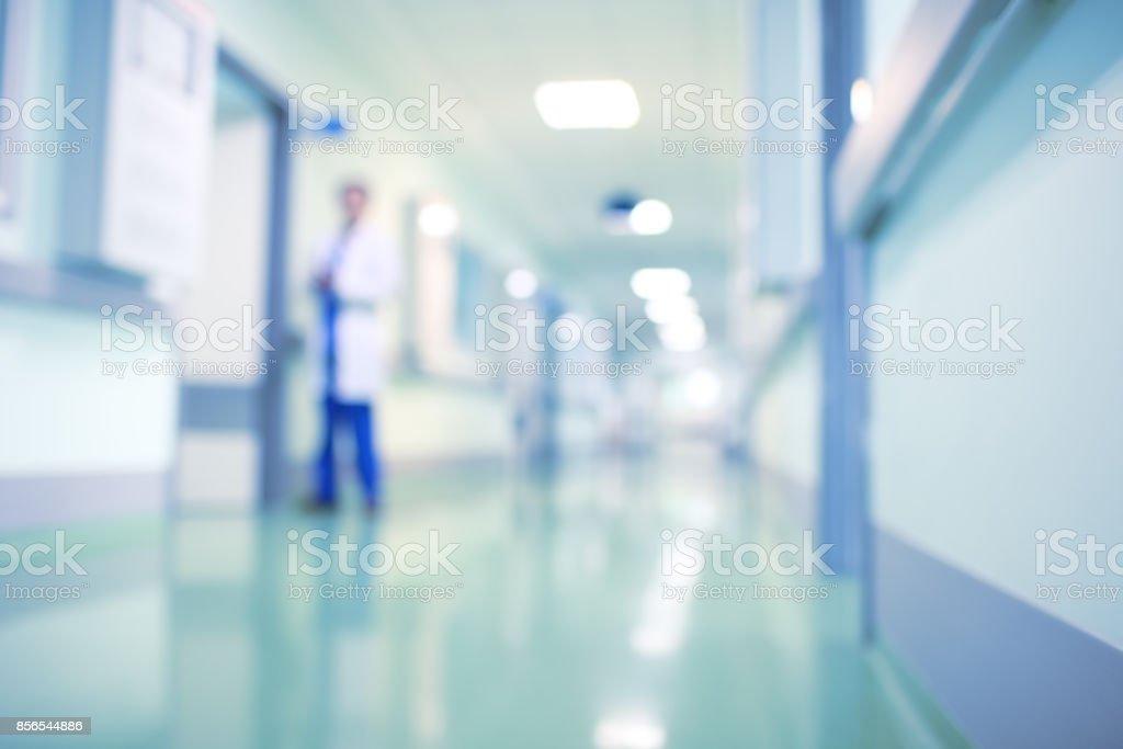 Arzt im Krankenhausflur, unscharfen Hintergrund – Foto