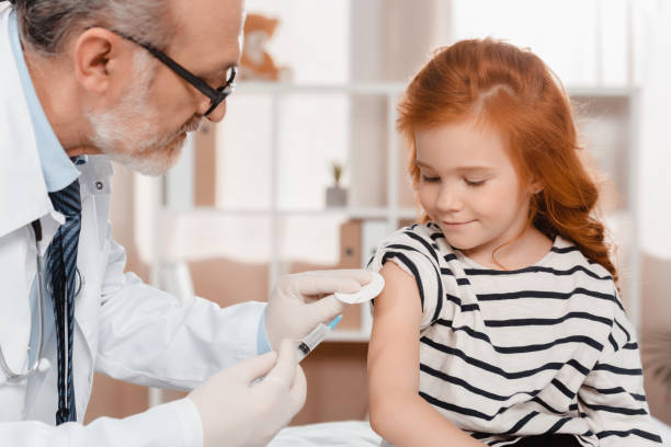 doctor en guantes médicos hacer inyección de niña en clínica de - vaccine fotografías e imágenes de stock