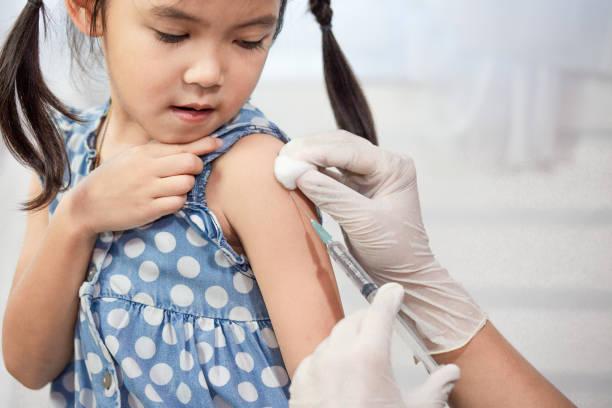 Herr Doktor Injektion Impfung im Arm des kleinen Kindes Asiatin – Foto