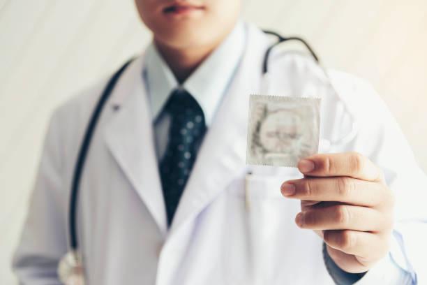 Arzt hält Kondome für Safer Sex Schutzkonzept. Um der Krankheit namens