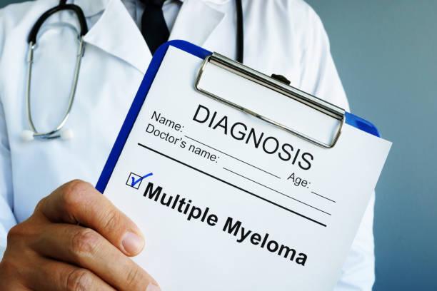 Arzt hält Diagnose Multiples Myelom. – Foto