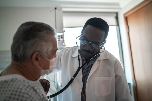 병원방에서 환자의 심장 박동을 듣고 의사 - 심장 전문의 뉴스 사진 이미지