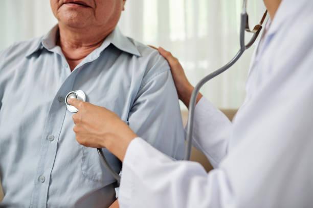 Arzt hört auf Senioren-Atemschutzmann – Foto