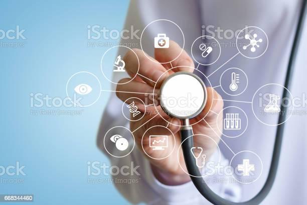 Arzt Macht Einen Medizinischen Test Stockfoto und mehr Bilder von Arzt
