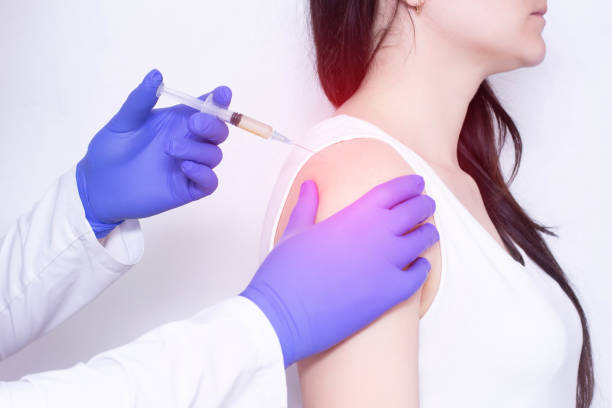 A doctor makes plasma-lifting injections to a patient who has pain and inflammation in the shoulder joint, arthrosis, close-up A doctor makes plasma-lifting injections to a patient who has pain and inflammation in the shoulder joint, arthrosis, close-up, polymyalgia analgesia stock pictures, royalty-free photos & images