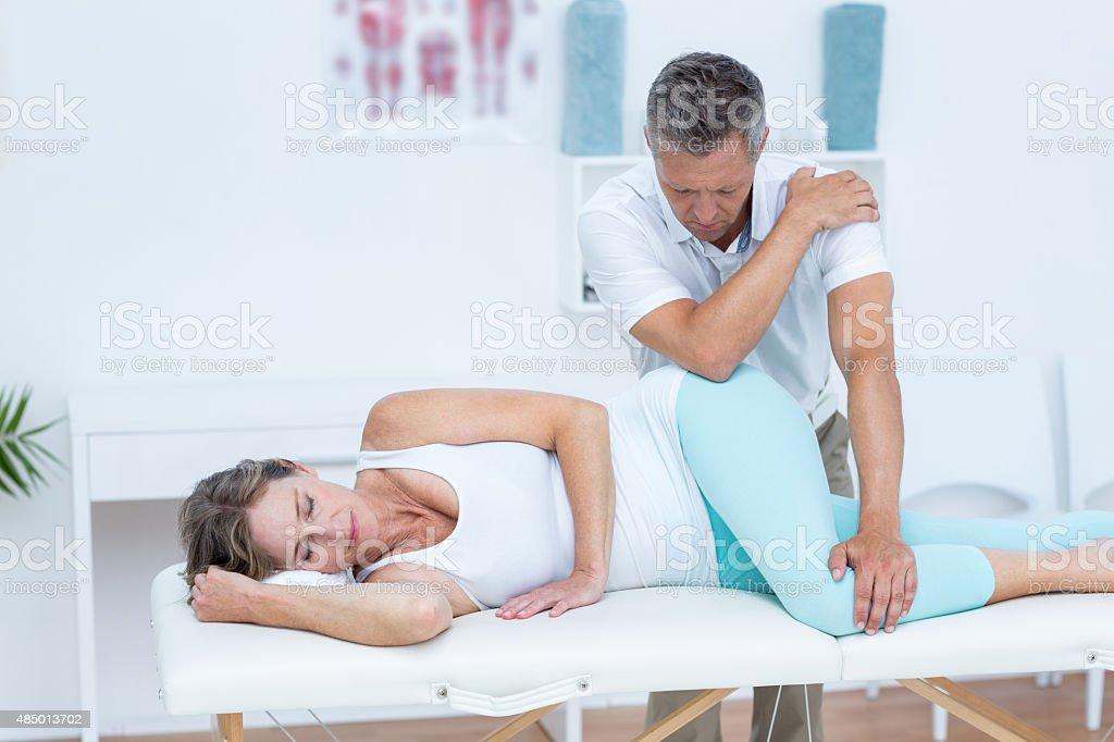 Arzt massieren seine Patienten Hüfte Lizenzfreies stock-foto