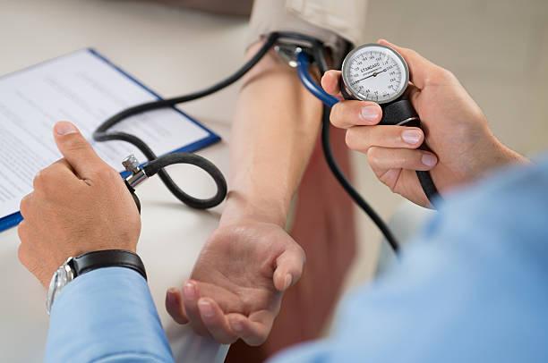 arzt maßnahmen druck des patienten - checking stock-fotos und bilder
