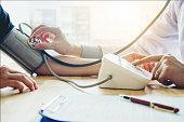 病院での医療の腕に医者測定血圧女性患者