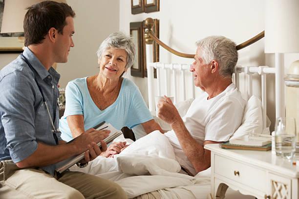 arzt zu hause besuchen sie über gesundheit der senior männlichen patienten - hospiz stock-fotos und bilder