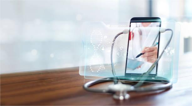 doctor en línea, comunicación médica en línea con el paciente en interfaz virtual, consulta en línea y médica, hospital virtual, doctor a través de la pantalla del teléfono inteligente utilizando controles de estetoscopio y análisis de salud. - telehealth fotografías e imágenes de stock